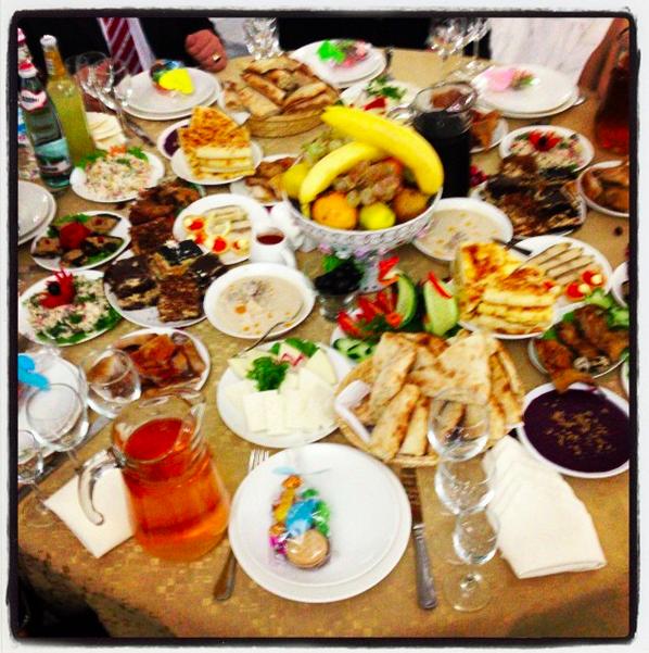Die Tische Waren Von Anfang An Mit Sich Stapelnden Tellern Mit Essen  Vollgedeckt: