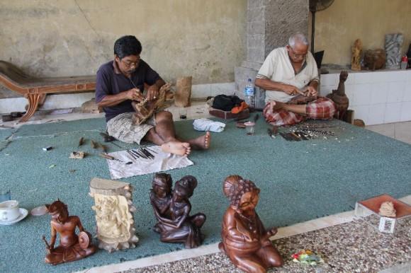 Holzschnitzer in der Nähe von Ubud